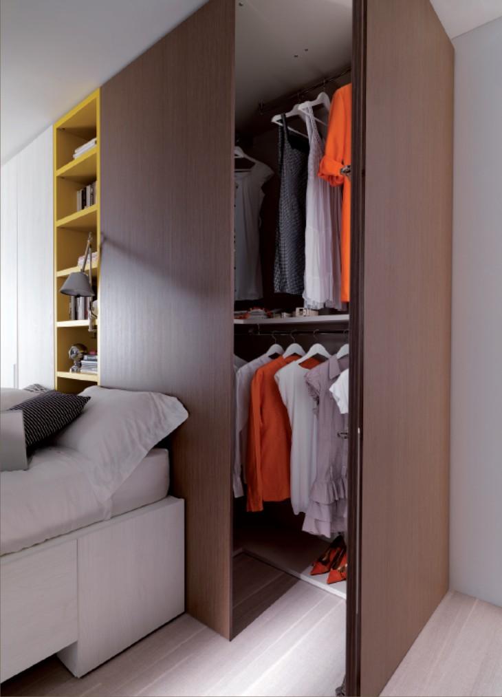 Camera moderna con letto con cassetti e doppia cabina for Piani di armadio california